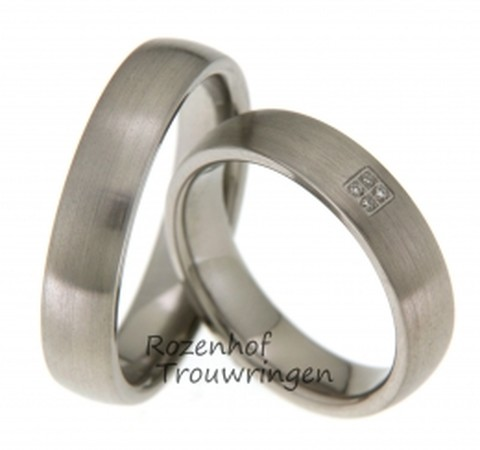 Elegante titanium trouwringen van 5 mm. breed. De ringen hebben een matte finish. In de dames trouwring zijn in een vierkant, 4 briljant geslepen diamanten van 0,02 ct. gezet.