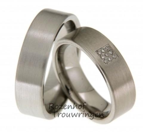 Titanium trouwringen van 6,5 mm. breed. De ringen zijn mat afgewerkt. In de dames trouwring zijn in een vierkant 9 briljant geslepen diamanten van 0,045 ct. gezet.