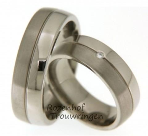 Klassieke titanium trouwringen in een modern jasje. De ringen zijn 7 mm. breed en zijn verdeeld in een glanzende baan en een matte baan. De dames trouwring is bezet met een briljant geslepen diamant van 0,02 ct.