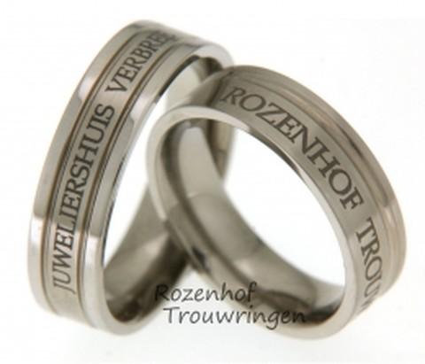 Persoonlijke, 6 mm brede titanium trouwringen met twee verdiepte smalle ringen. Zeer persoonlijk door de naam van uw geliefde. Voor altijd samen!