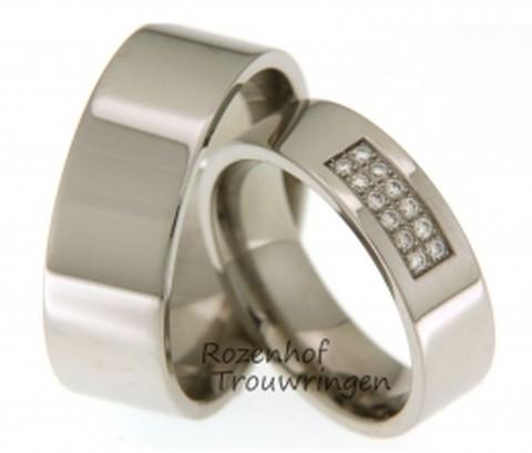 Luxueuze titanium trouwringen van 6 mm breed. De ringen zijn glanzend afgewerkt. In de dames trouwring prijken 12 briljant geslepen diamanten van 0,12 ct.
