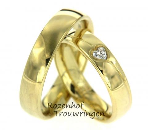 Glanzende geelgouden trouwringen afgewisseld met mat geelgoud. De diamant heeft een opvallende vorm. Namelijk een hartje, dat natuurlijk symbool staat voor eindeloze liefde! Deze trouwringen zij leverbaar in 9, 14 en 18 karaat goud.