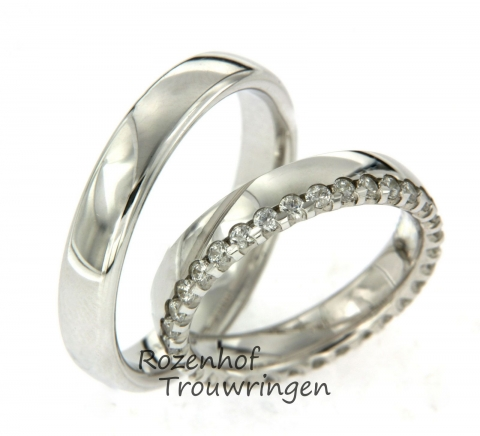Mooie witgouden trouwringen met een breedte van 4,5 mm. De herenring is neutraal maar stijlvol. Het damesmodel is aan de zijkant prachtig afgewerkt door de schitterende diamanten. Deze ringen zijn ook leverbaar in palladium of platina.