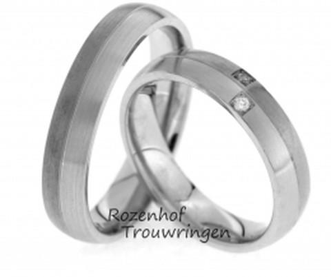 Verfijnde trouwringen van mat en glanzend witgoud. De ringen zijn 4,5 mm breed. In de dames trouwring zijn twee briljant geslepen diamanten gezet van 0,03 ct