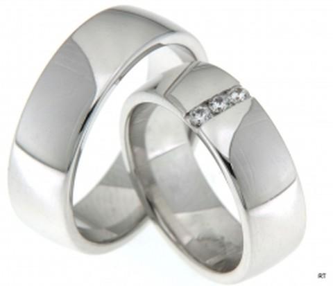 Een schitterend paar trouwringen van glanzend witgoud met een breedte van 7 mm De dames trouwring is bezet met drie briljant geslepen diamanten van in totaal 0,12 ct.