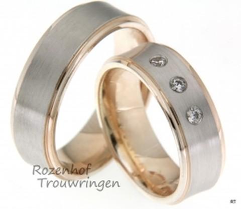 Stijlvolle trouwringen uitgevoerd in het witgoud en roodgoud die 7 mm breed zijn. De ringen zijn mat en gepolijst afgewerkt.
