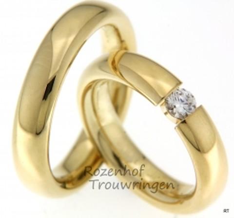 Klassieke, glanzend geelgouden trouwringen van 4,5 mm breed. De dames trouwring is bezet met een schitterende, briljant geslepen diamant van 0,15 ct. Een blikvanger!