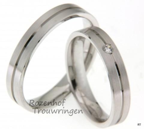 Een rank model hebben deze twee witgouden ringen met groef in het midden. De ringen zijn 4 mm breed. De dames trouwring is ingelegd met een briljant geslepen diamant van 0,04 ct.