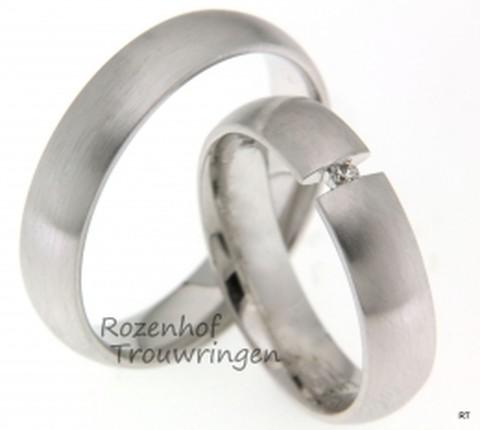 Mooi trouwringen set uitgevoerd in witgoud. In de ring voor haar ziet u een stralende diamant die lijkt te zweven tussen de uiteinden van de ring.