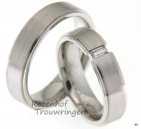 Luxe trouwringen uitgevoerd in het witgoud. De ring voor haar bevat een fonkelende baquette geslepen diamant.