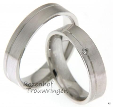 Strakke trouwringen uitgevoerd in het witgoud met een stijlvolle uitstraling. Bij Rozenhof Trouwringen krijgt u persoonlijk advies en contact.