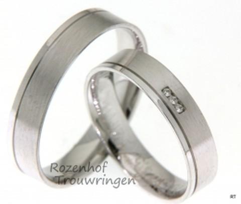 Deze strakke witgouden trouwringen zijn verkrijgbaar bij Rozenhof Trouwringen. De ringen zijn subtiel maar wel voor een lang en gelukkig liefdeskoppel.