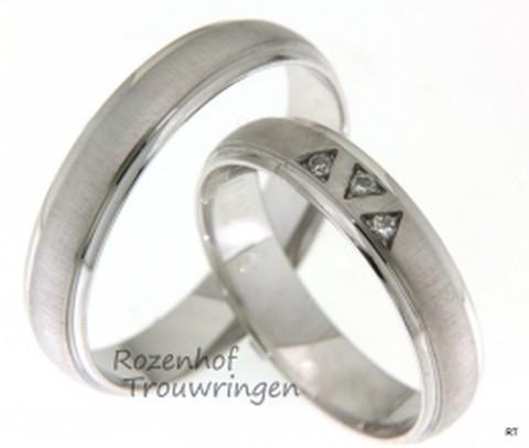 Fantasievolle, witgouden trouwringen van 4.5 mm breed. In de dames trouwring zijn drie driehoeken gemaakt waarin een briljant geslepen diamant is geplaatst.