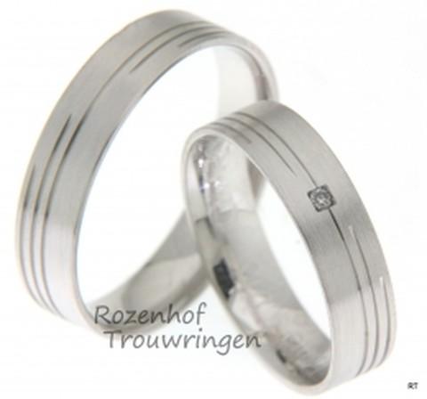Prachtige strakke trouwringen uitgevoerd in het witgoud. In de ringen zitten subtiele lijnen verwerkt wat de ring erg uniek maakt.