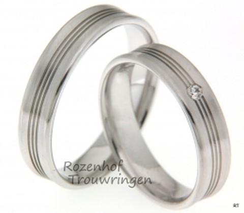 Deze mooie trouwringen beschikken over 3 lineaire lijnen gedurende de ring. Bij de bruid prijkt aan het eind van deze lijnen een fonkelende diamant.