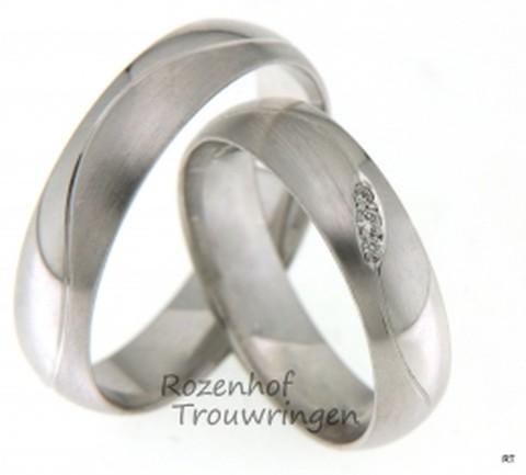 Mooie trouwringen uitgevoerd in het witgoud. In de ring voor haar zitten een aantal fonkelende diamanten.