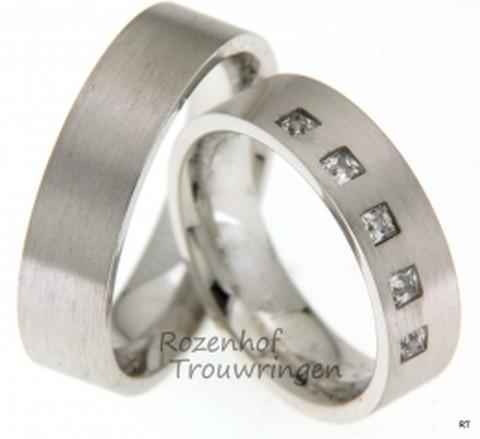 Deze trendy witgouden ringen van 6 mm breed hebben een matte finish, waardoor de koele eenvoud wordt benadrukt. De dames trouwring heeft op de buitenrand vijf princess geslepen diamanten van in totaal 0,25 ct.