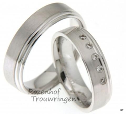 Witgouden trouwringen van 5.5 mm breed met wel 5 briljant geslepen diamanten die het middelpunt van de damesring vormen en ook alle aandacht zullen trekken.