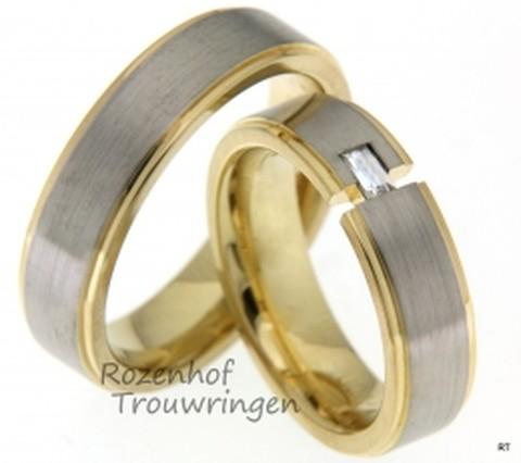 Smaakvolle trouwringen uitgevoerd in het witgoud en geelgoud. De baquette geslepen diamant in de dames ring maakt het speciaal.