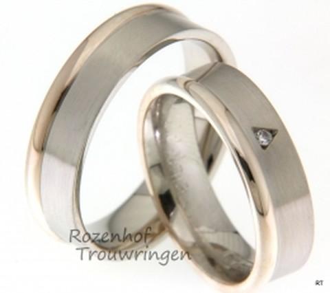 Strakke trouwringen vervaardigd in het witgoud met roodgoud. In de ring voor haar zit een driehoek gezette diamant.