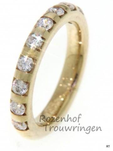Luxe verlovingsring in het geelgoud bezet met fonkelende diamanten.