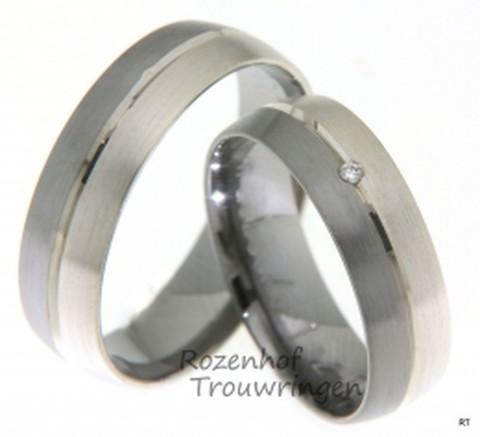 Elegante trouwringen van wel twee soorten materiaal, namelijk: 9 krt witgoud en palladium. Deze ringen zijn bijna geheel mat, maar tussen deze twee materialen ziet u nog een subtiel lijntje die mooi glanst. De dames trouwring is bezet met een briljant geslepen diamant van 0,01 ct.