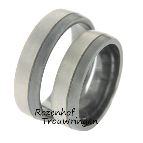 Prachtige trouwringen van 6 mm breed, uitgevoerd in twee banen van 8 kr. witgoud en palladium. De dames trouwring is bezet met 3 briljant geslepen diamanten van in totaal 0,75 ct.