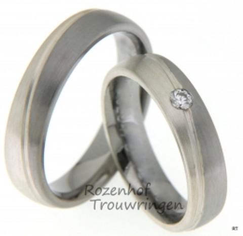 Trouwringen met een twist van ons Dia y Noche design. De ringen zijn 5 mm breed en gemaakt van 8 kr witgoud en palladium. De dames trouwring is bezet met een fonkelende briljant geslepen diamant van 0,08 ct.