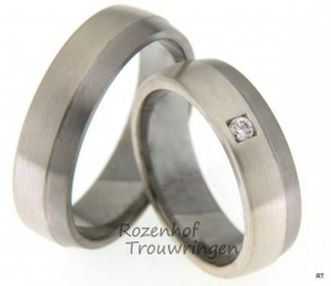 Elegante trouwringen van 9 krt witgoud en palladium. De breedte van de ringen is 6 mm. In de dames trouwring prijkt een mooie, briljant geslepen diamant van 0,05 ct die natuurlijk het middelpunt van de ring vormt.
