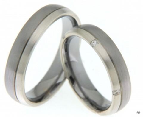 Unieke trouwringen uitgevoerd in het palladium en witgoud van 5 mm breed. De dames trouwring is bezet met vijf briljant geslepen diamanten.