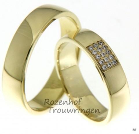 Een paar glanzende geelgouden trouwringen van 5 mm breed, waarvan de dames trouwring bezaaid is met een sprankelend veld van 15 briljant geslepen diamanten van in totaal 0,075 ct.