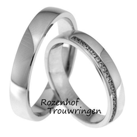 Hoogglanzende witgouden trouwringen. In de dames trouwring zijn 20 briljant geslepen diamanten gezet van tezamen 0,1 ct, welke extra schitteren wanneer het zonlicht erin weerkaatst.