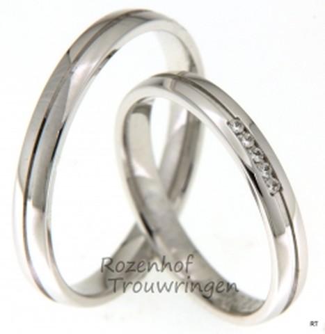 Zeer fijne, glanzend witgouden trouwringen. De ring is door middel van een groef verdeeld in twee banen. In het midden van de dames trouwring zijn 5 briljant geslepen diamanten van tezamen 0,04 ct gezet.
