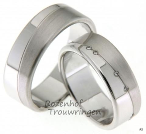 Stoere witgouden trouwringen van 7 mm breed. De stoerheid van de brede ringen wordt onderbroken door 11 briljant geslepen diamanten van in totaal 0,055 ct, welke op verfijnde wijze in de dames trouwring zijn geplaatst.