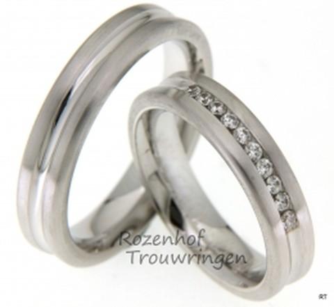 Mooie witgouden trouwringen met een elegant karakter. De ringen zijn 5 mm breed. In de dieper liggende groef, bij de dames trouwring, zijn 10 briljant geslepen diamanten gezet van in totaal 0,2 ct. Een schittering voor het oog!