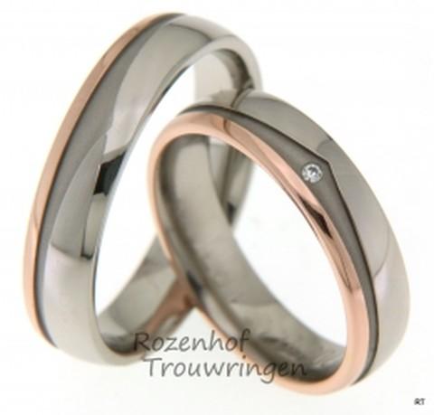 Fraaie bicolor trouwringen. De ringen hebben een breedte van 5 mm. De smalle baan is vervaardigd uit roodgoud, de bredere baan is uit witgoud vervaardigd. De matte inkeping zorgt voor een spannend geheel. In de dames trouwring is een briljant geslepen diamant gezet van 0,01 ct.