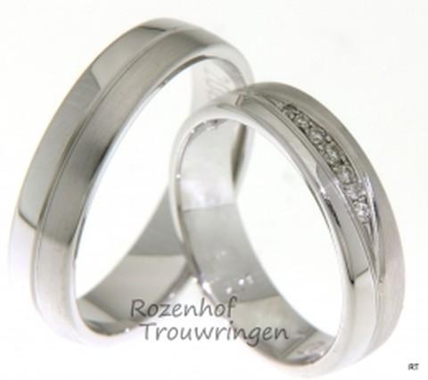 Fraaie witgouden trouwringen van mat witgoud en glanzend witgoud uit ons design. De ringen zijn 5 mm breed. De dames trouwring is bezet met 7 fonkelende, briljant geslepen diamanten van in totaal 0,061 ct.