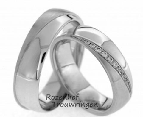 Bolle trouwringen van glanzend en mat witgoud. In de dames trouwring zijn briljant geslepen diamanten gezet in diverse groottes.