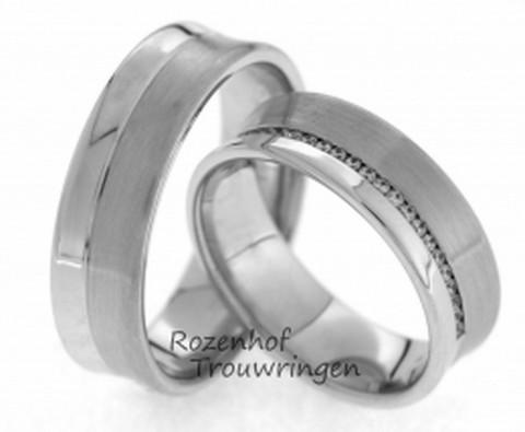 Elegante trouwringen van witgoud. De ringen zijn 6,5 mm breed en zijn verdeeld in een hoogglanzende baan en een matte baan. Een rivier van 26 glinsterende, briljant geslepen diamanten doorklieft de banen in de damestrouwring. De briljanten zijn samen 0,13 ct.
