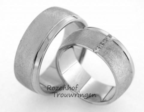 Magnifieke trouwringen van cool witgoud. De royale, 8 mm brede trouwringen zijn prachtig afgewerkt in een mooie mattering. De smalle, hoogglanzende band steekt fraai af bij de brede, matte witgouden band. In de dames trouwring is over de breedte van de ring een liefdespad van 5 briljant geslepen diamanten van in totaal 0,05 ct gezet.