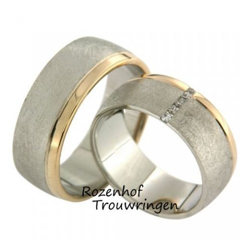 Magnifieke trouwringen van witgoud met warmgoud. De royale, 8 mm brede trouwringen zijn prachtig afgewerkt in een mooie mattering. De hoogglanzende, roodgouden band steekt fraai af bij de witgouden ring. In de dames trouwring is over de breedte van de ring een liefdespad van 5 briljant geslepen diamanten van in totaal 0,05 ct gezet.