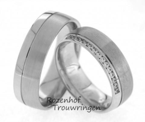 Tijdloze, witgouden trouwringen met glanzend en mat gedeelte. In de dames trouwring zijn 15 briljant geslepen diamanten van in totaal 0,15 ct gezet. De ringen zijn 6,5 mm breed.