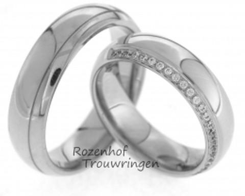 Klassieke, bolle, witgouden trouwringen van 6 mm breed. De ringen hebben een hoogglanzende afwerking. Een fijne groef verdeeld de ring in twee banen. De fonkelende rij van 24 briljant geslepen diamanten van in totaal 0,12 ct doet de dames trouwring nog meer glanzen.