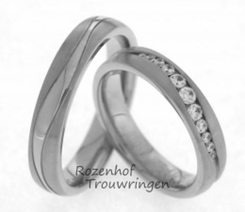 Speelse, witgouden trouwringen van 4,5 mm breed met spannende golving. De ring bestaat uit gegolfde lijnen van mat en glanzend witgoud. In de dames trouwring zijn 11 briljant geslepen diamanten van in totaal 0,24 ct in een langgerekte vorm gezet.