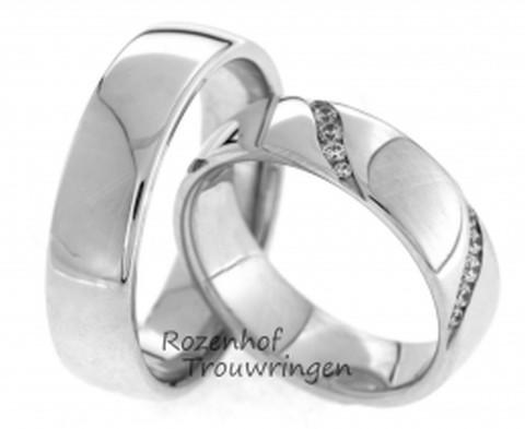 Stoere, 6 mm brede, witgouden trouwringen. De ringen hebben een hoogglans finish. In de dames trouwring zijn 25 briljant geslepen diamanten van in totaal 0,33 ct in schuine vlakken gezet.