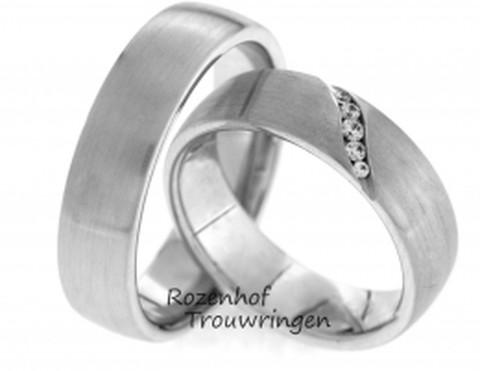 Tijdloze witgouden trouwringen van 6 mm breed. De ringen zijn mat afgewerkt. In de dames trouwringen prijkt een schuin pad van 5 fonkelende, briljant geslepen diamanten van in totaal 0,066 ct.