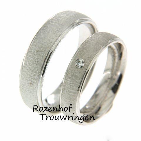 Mooie trouwringen vervaardigd in witgoud. En het leuke aan de set is de afwerking die ringen wat bijzonder maken! Rozenhof Trouwringen liefde voor trouwringen