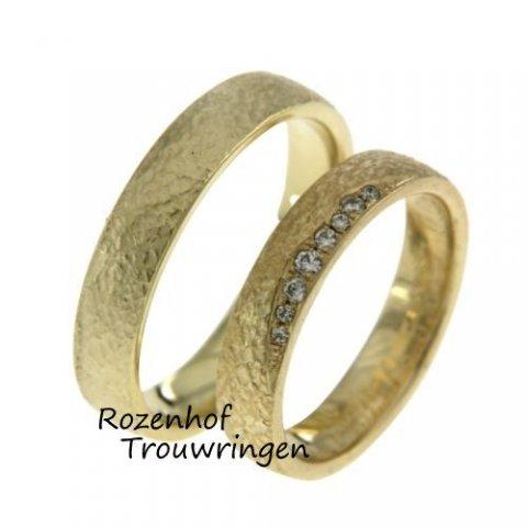 Wat een mooie geelgouden trouwringen! Deze trouwringen zijn een stijlvolle combi!  Ontdek de mooiste ringen bij Rozenhof Trouwringen! Bewerkte trouwringen