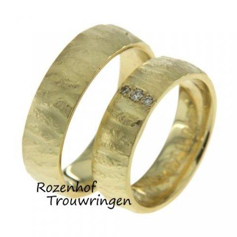 De mooiste trouwringen sets vindt u bij Rozenhof Trouwringen! Deze ringen zijn een beetje ruw en uitgevoerd in geelgoud.  Lekker robuust, lekker stoer!