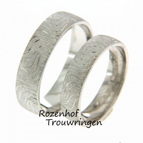 Trouwringen in een stralende witgouden kleur! Wat er bijzonder is aan deze ring? De golvende lijnen! Rozenhof Trouwringen brengt uw strandliefde terug de ring.